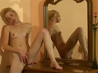 Female Self Pleasuring : Finger fucking teeen girls gets off on dresser!
