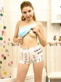 La fille blanche l'adolescent minuscule grossier russe (les MÉSANGES; le PLUS SEXUEL, BLANC, la FILLE) est plus jeune.